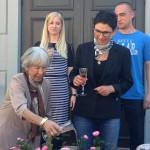 Lise Nørgaard døber rosen i pink champagne