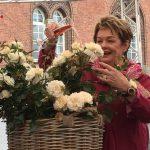 Jeg døber dig -Fru Nørby - Rosen blev døbt i pink champagne med hunderedvis af tilskuere omkring scenen